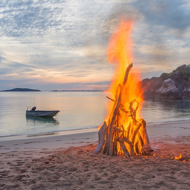 EARTH BELOW ME | SKY ABOVE ME | FIRE WITHIN ME #burnbabyburn #mondaymantra #fireinmysoul #mondaymotivation #travel #adventure #explore #bonfire #travelingpants #OKIINO source: @shotbygrace_