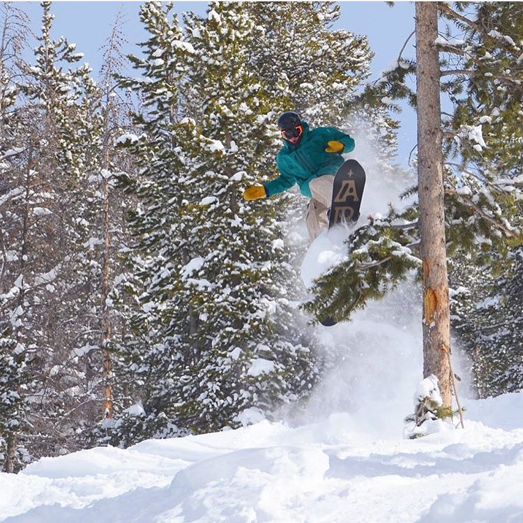 We're ready for a little bit of this... #AV7Renegade @jah_he sends it through the trees. #avalon7 #liveactivated #snowboarding www.avalon7.co