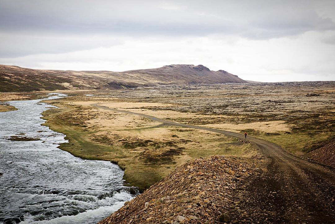 #ASCMicroplastics athlete Pavel Cenkl (@placesense) descends into the Norðlingafljót Valley as part of a 240-kilometer run across the western Icelandic highlands this summer. .