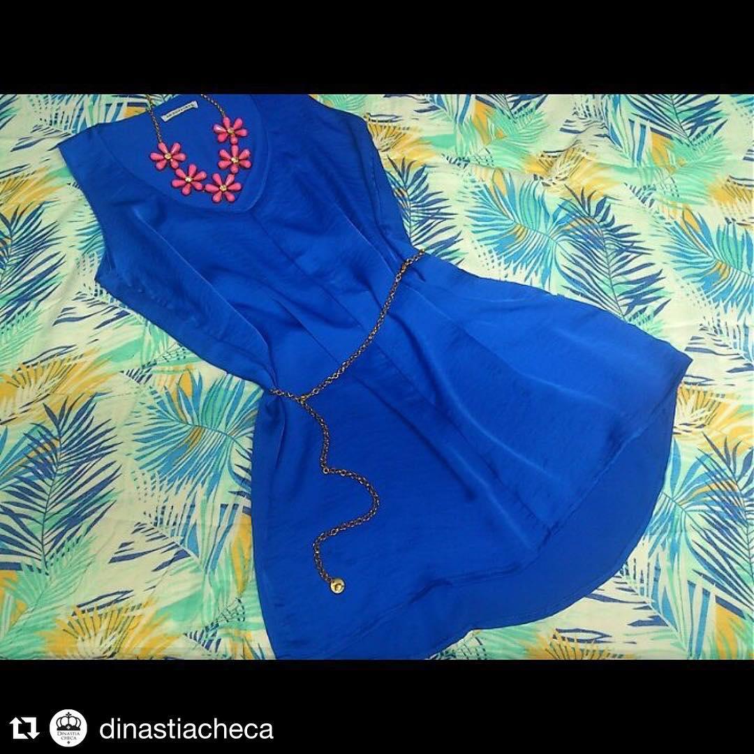 """#Repost @dinastiacheca ・・・ Vestido 'Mente' más largo atrás, en seda azul by @meristemo_oficial. Collar y cintu by @delasbolivianas. El """"no tengo qué ponerme"""" ya no es una excusa."""