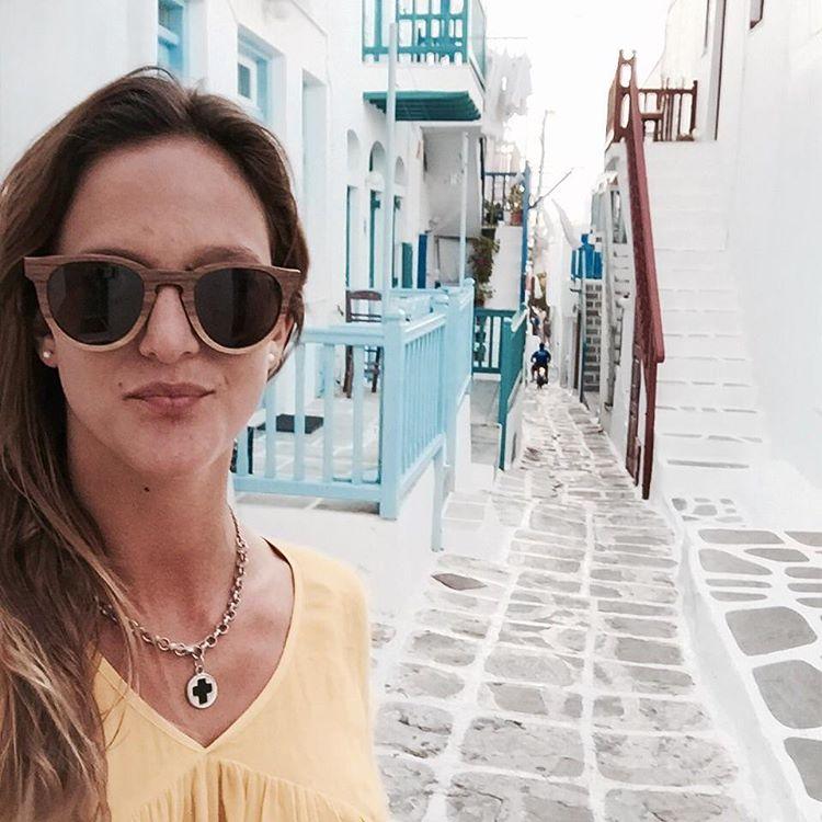Nuestra amiga Pepa con sus Kate Nogal de viaje por las costas griegas #numagtraveller -------------------- #numag #wherenaturerocks #borninargentina #diseñoargentino #innovacion #sustentables #handmade #gafasdemadera #viaje #madera #anteojosdemadera...