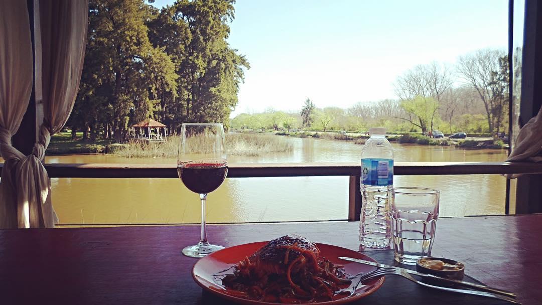 Después de entrenar nada como un salmón con verduras asadas y una copa de Malbec frente al río con Suyay...