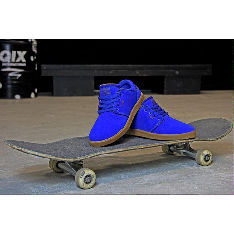 Combinação perfeita para uma boa sessão de skate! Pro Model do skatista profissional @kelvinhoefler #qixteam #skateboardminhavida