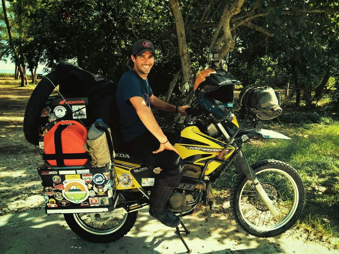 Preparó su moto, su hoja de ruta y partió de Argentina hacia Alaska motivado por la pasión de viajar. Tardó 7 meses en llegar y ahora emprende la vuelta a casa. QA lo acompaña en su camino. #QAxelmundo #soplandoalnorte #juntoalagentequeamaloquehace