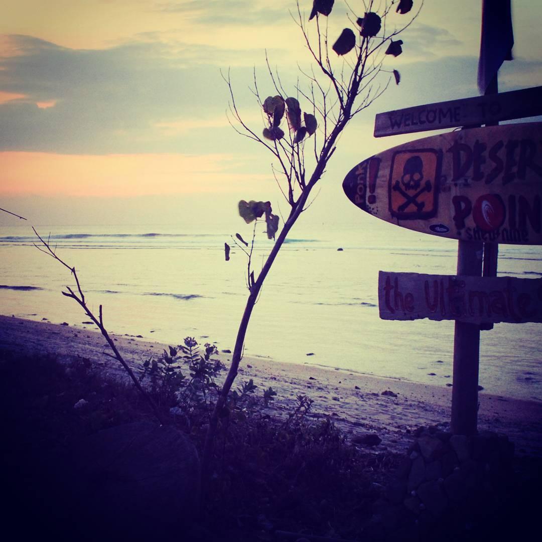 """Ubicado en la esquina Suroeste de Lombok, Indonesia, existe un lugar tan aislado como codiciado por los surfistas de todo el mundo. Desert Point, también conocido como Bangko Bangko, es sin duda """"the Ultimate Surf"""". #maetuanis #followthesun #surf..."""