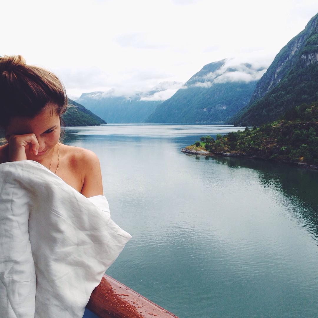 It's hard to wake up, but it's worthy when you open your eyes and you can see such a beautiful scenery as this.  @carlatorrentsmurcia in Norway, what a nice place to stay forever