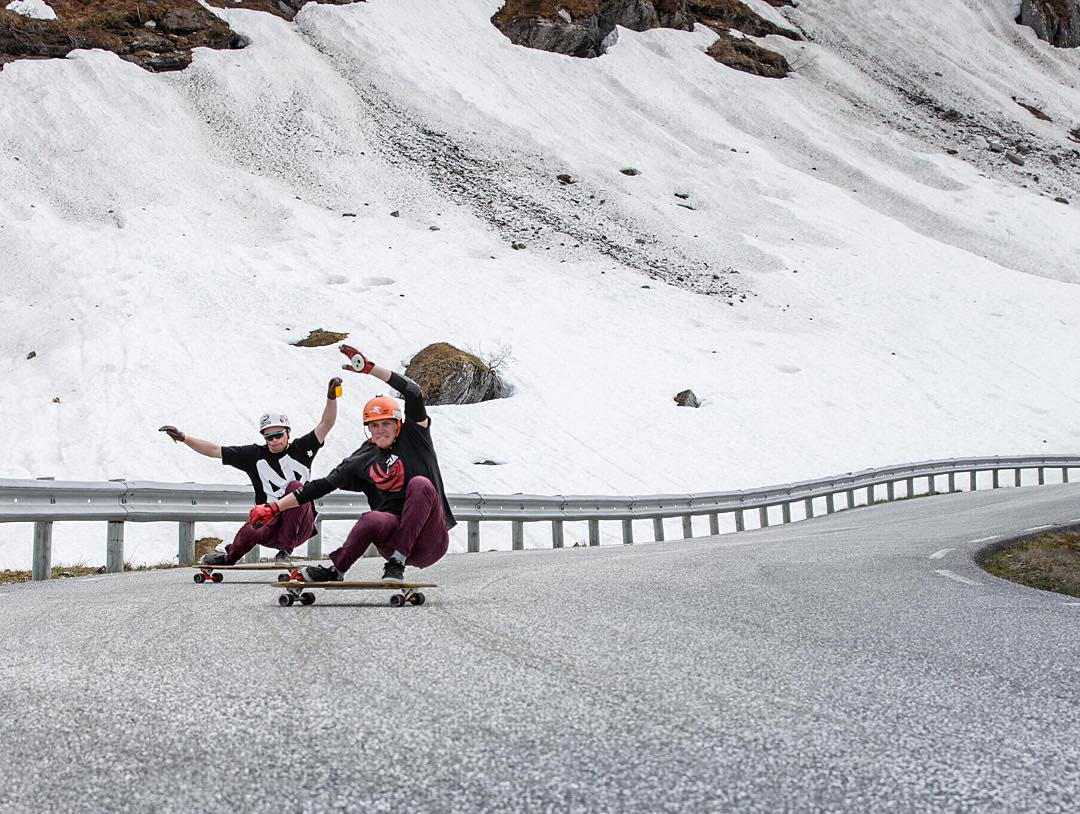 With snow covered banks lining the road Henning Patricksson (@henningpat) and Elias Kvarekvål (@eliaskvarekvaal) scorched the tarmac of this mountain.  Feast your eyes on them in the #ekstremsportveko recap vid featuring hectic pack riding and a few...