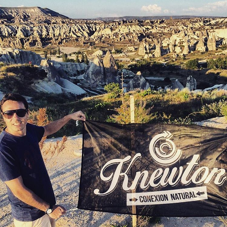 Desde lejos, sí se ve!  Knewton in Capadocia, Turkia! de la mano de nuestro broda Dj. Más.:Conexión Natural:. que nunca! #TRIP #FRIENDS #TURKEY #CAPADOCIA #LIFESTYLE #EUROPTRIP #BACKKIPPING #TRANKASTYLE #CONEXIONNATURAL #KNEWTON