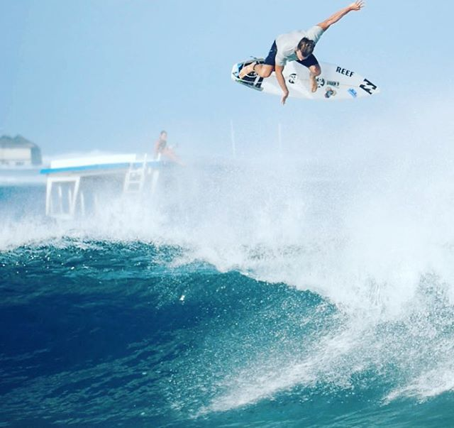 Have you ever done an alley oop over a boat? Ok, maybe you have, but have you ever alley ooped over a boat and a photographer sitting on the top deck of that same boat? @yonifly has. #lifesbetterinboardshorts