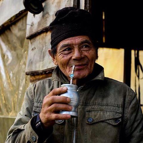 Con 74 años, Ramon es el buscador de oro más austral del continente. Para llegar a su base en Bahía Slogget camina durante 5 días en soledad.#peninsulamitre t#tierradelfuego #conservemos