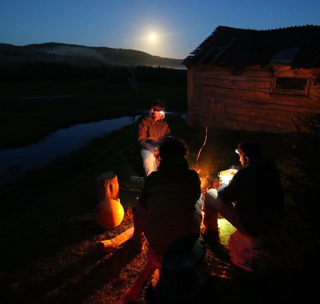 Cocinando fuera del Rancho Primer Puesto con la luna llena de compañía. #peninsulamitre #tierradelfuego