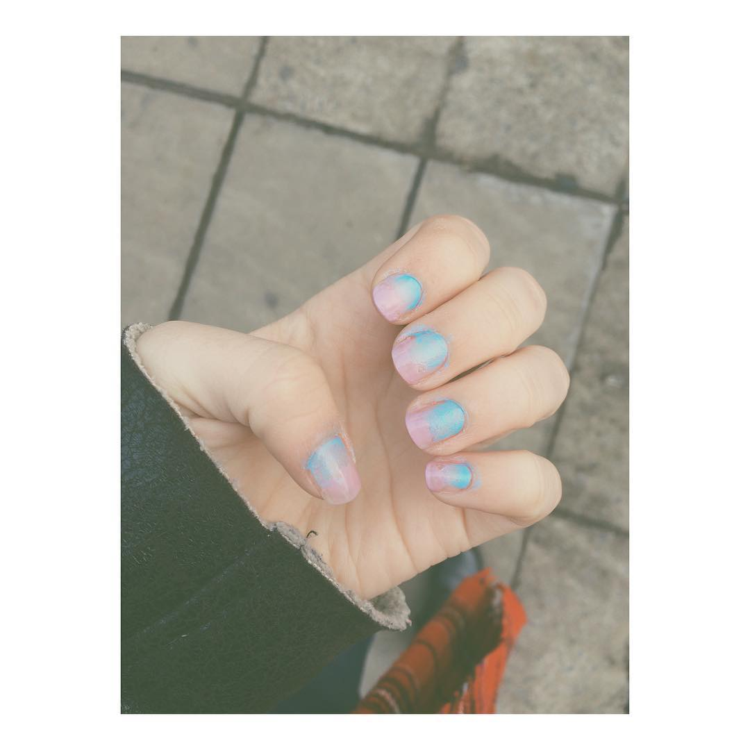 Un poco de color a este suelo gris...☁️☁️ #nails #nailart #polish #fashion #streetstyle #apple #iphone