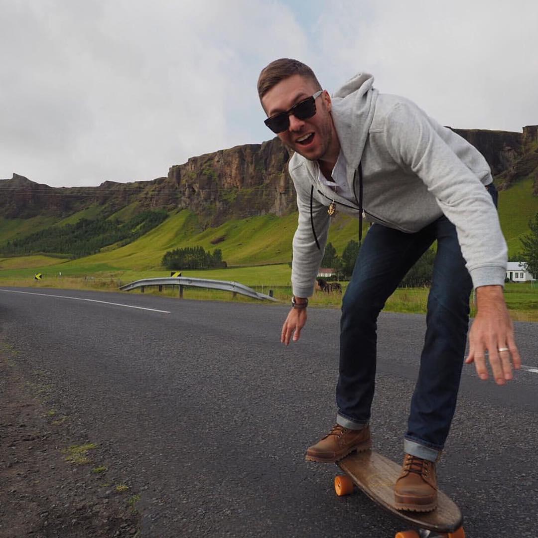 @justinrearden discovering Iceland on an oak cruiser. #handmadeskateboard #skateandexplore