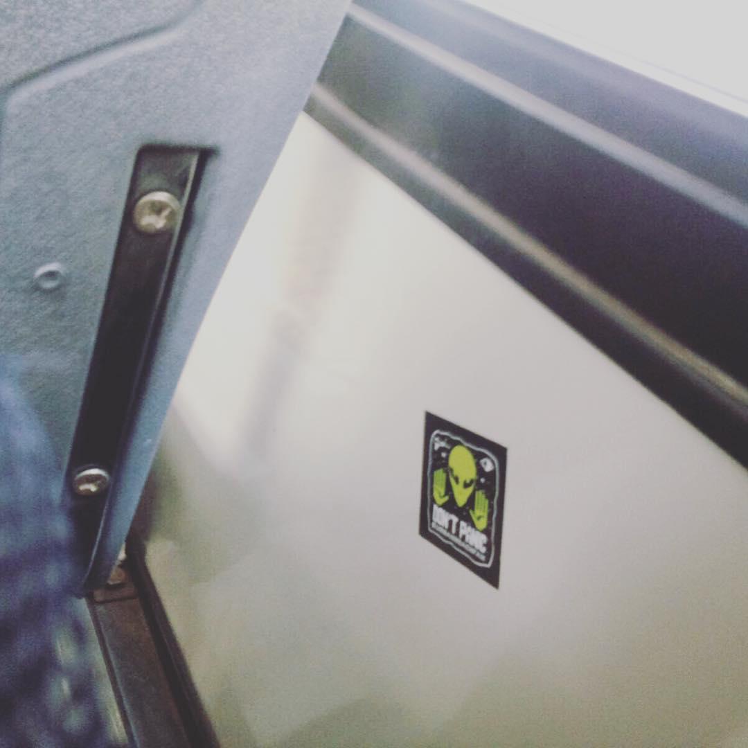 El toma bondi para pegar nuestros stickers @dorisphanic