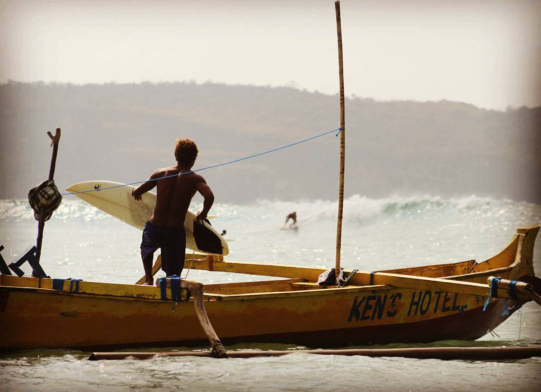 A 7 minutos de Kuta Lombok se encuentra un pueblo de pescadores llamado Grupuk.  Desde allí salen barcos pesqueros que en 15 minutos te mostrarán algunas de las olas más perfectas y solitarias en la  Isla de Lombok, Indonesia.  #maetuanis #followthesun...