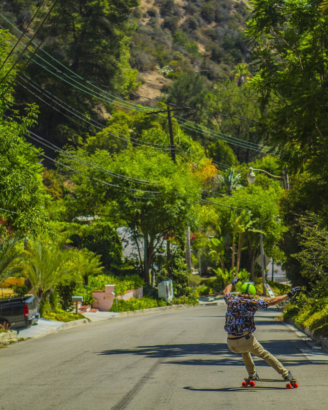 #LoadedAmbassador @danielfissmer checks his #CarbonTesseract as he descends into the L.A. jungle, looking for a cougar.  Photo: @notjustinpreston  #LoadedBoards #Tesseract #Orangatang