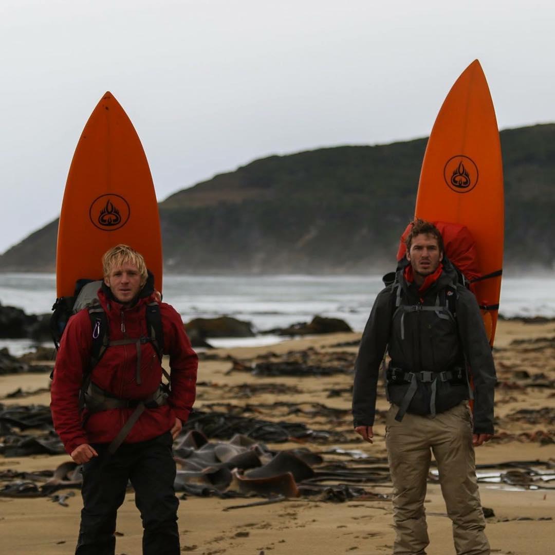 Esa tarde fue muy fría, había mucho viento y estábamos cansados del surf de la mañana.  Debíamos dejar Playa Dorada atrás para avanzar hacia el refugio de Bahía Aguirre.  Tardamos dos días en llegar.