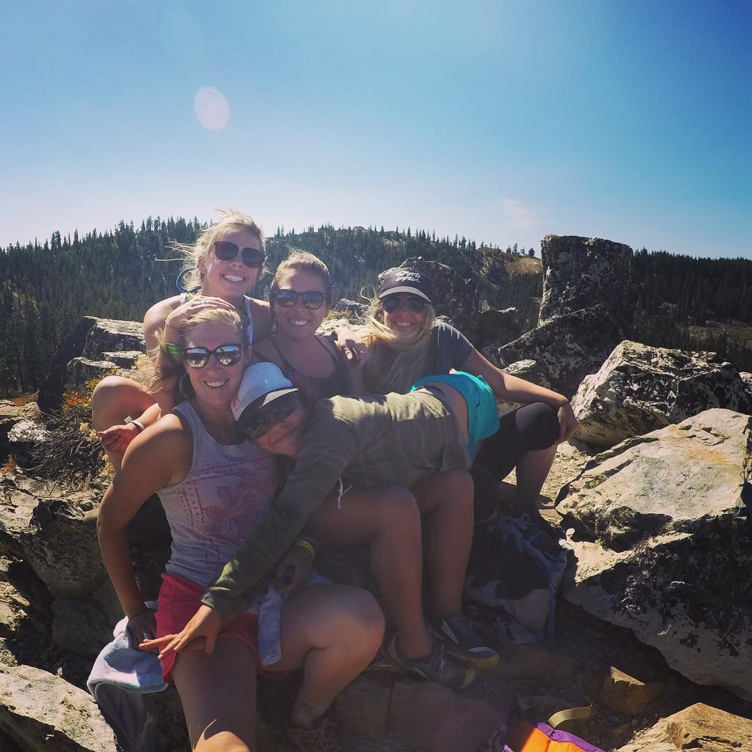 A @lostsierrahoedown babe squad at the top of #eurekapeak, taking in the scene.
