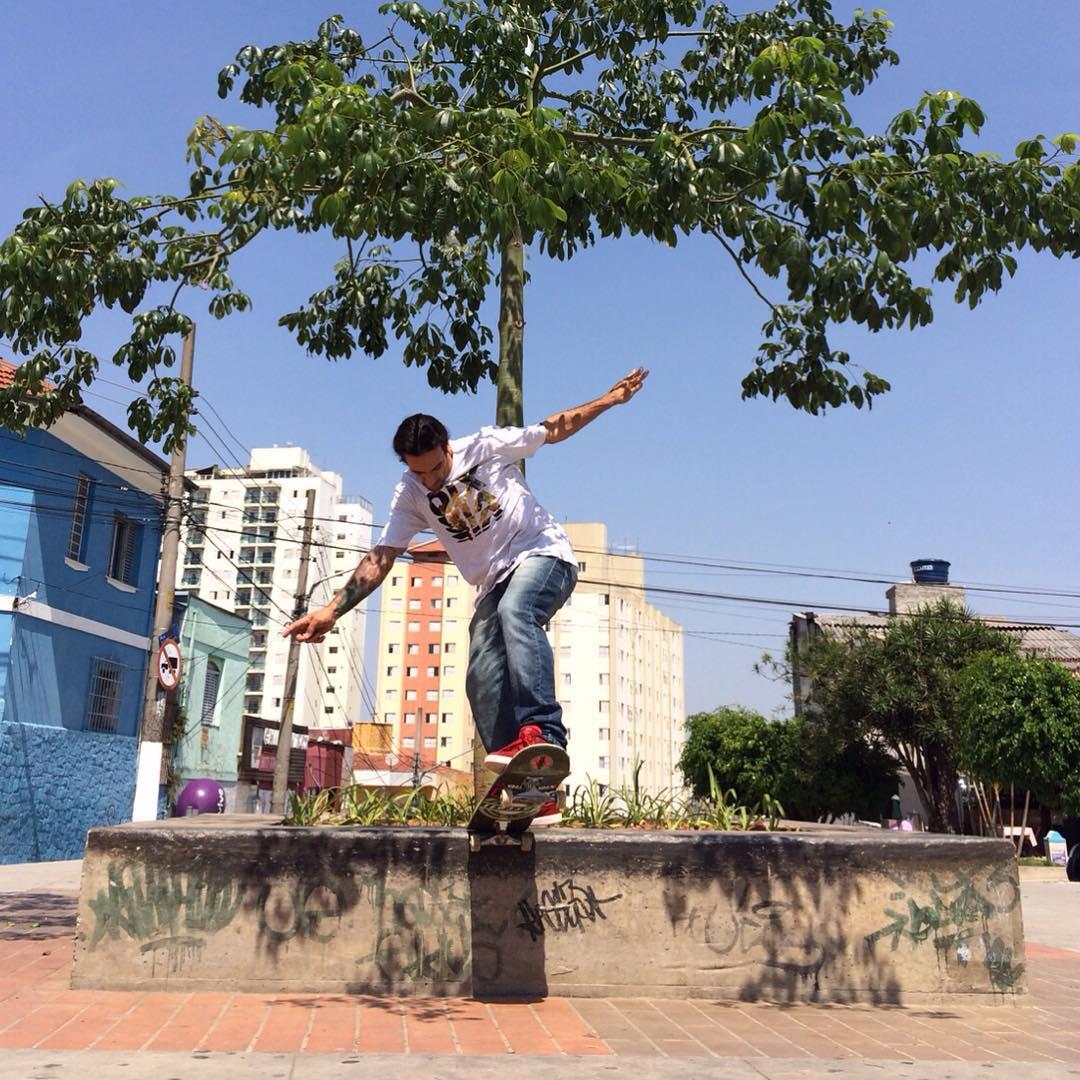 @rodrigoleal Maizena - Switch bs tailslide na Praça da Matriz, Freguesia do Ó. Imagem feita durante as gravações para o canal @Vidade1skatista Foto: @silasbisteca #skateboardminhavida