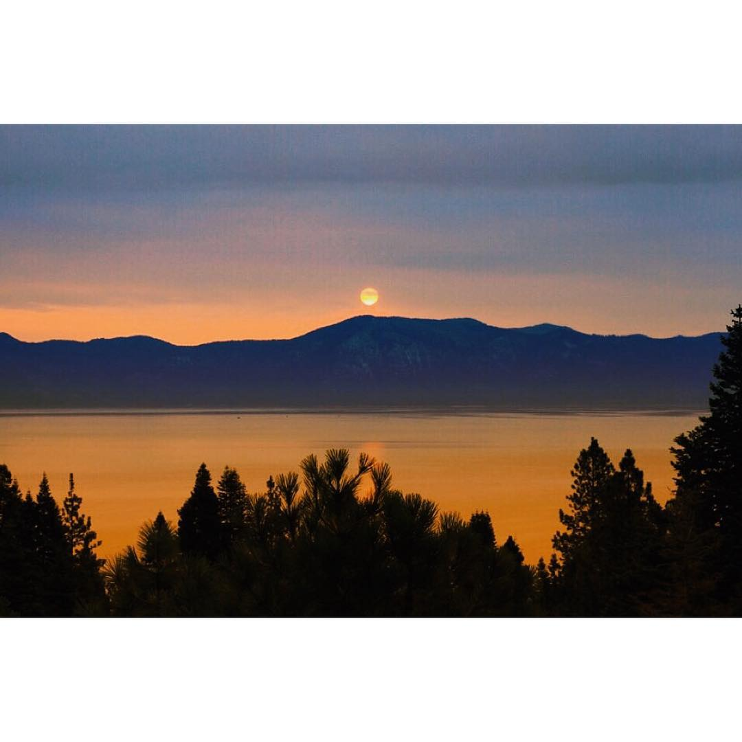 A nice sunset moonrise. _ #thisistahoe #itswayoutthere