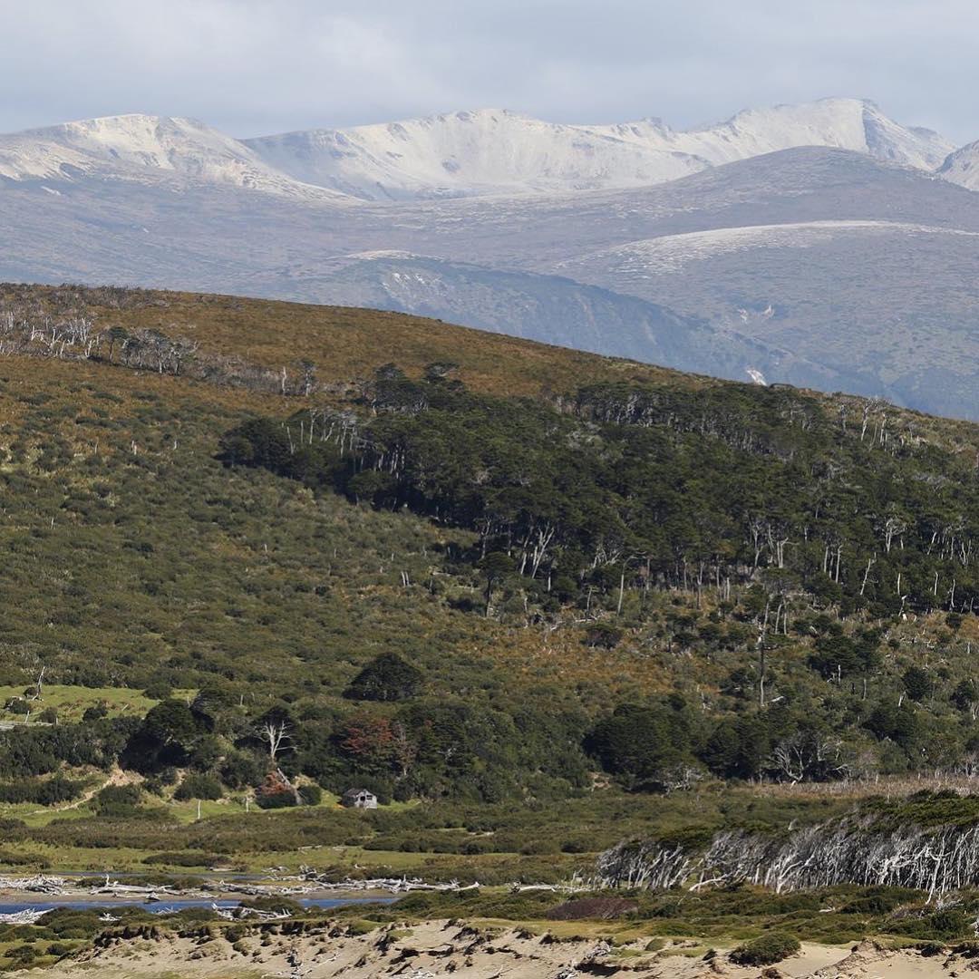 Del otro lado del río, rancho Primer Puesto camuflado en la inmensidad de #peninsulamitre. #conservemos #tierradelfuego