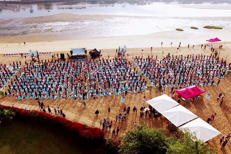 #RUNSUPYOGA with two thousand or so friends, so much fun! Time to tune back into the #ROXYpro and cheer on @stephgilmore
