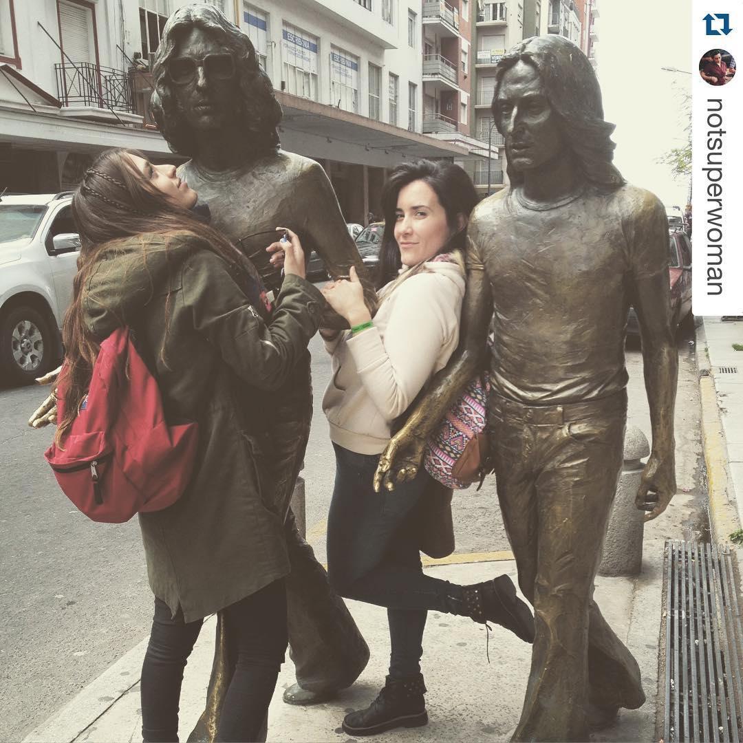 #Repost @notsuperwoman with @repostapp. ・・・ con nuestros novios en #mardel @vicksierra  #rock #charly #nito #mdq #estatua