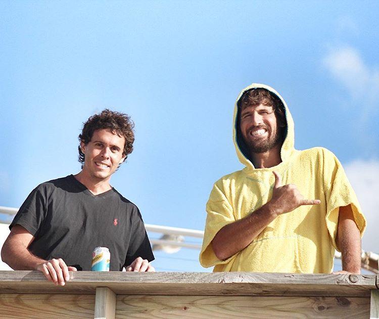 Despues de una buena session de windsurf, @pitfn y @titoestruga se relajan en el muelle