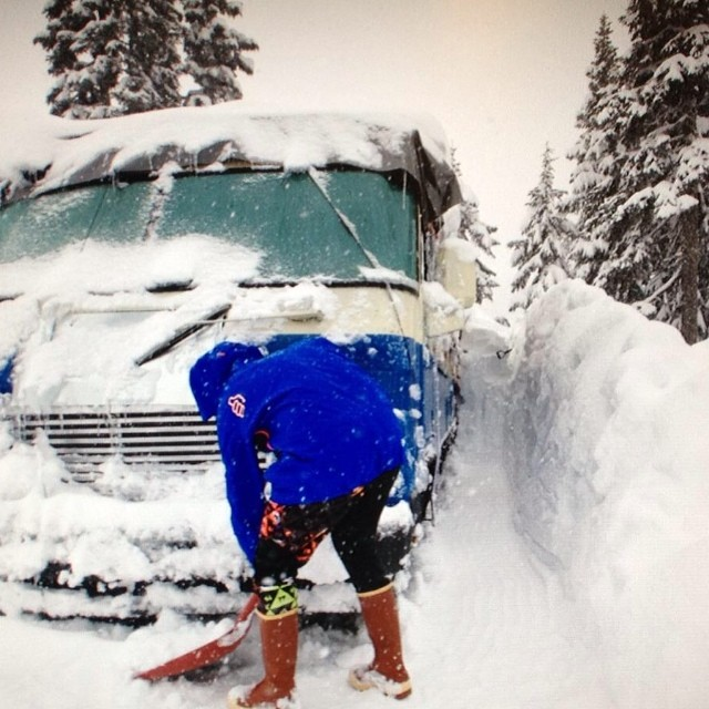 @jordaningmire shovels a path for his mobile castle at @stevenspass WA. That's what it's all about! #vanlife #trewlife #thumbsup #jordanscrushingit
