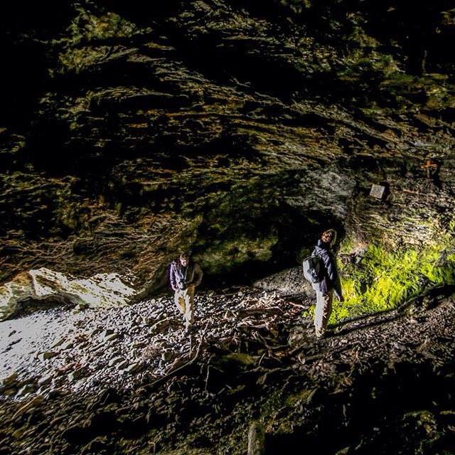 Dentro de la cueva de Allen Gardiner en Bahía Aguirre.  Este misionero junto a 6 otros se refugiaron ahi dentro para escapar de los pueblos originarios y acabaron muriendo por falta de alimentos.#peninsulamitre #tierradelfuego #conservemos