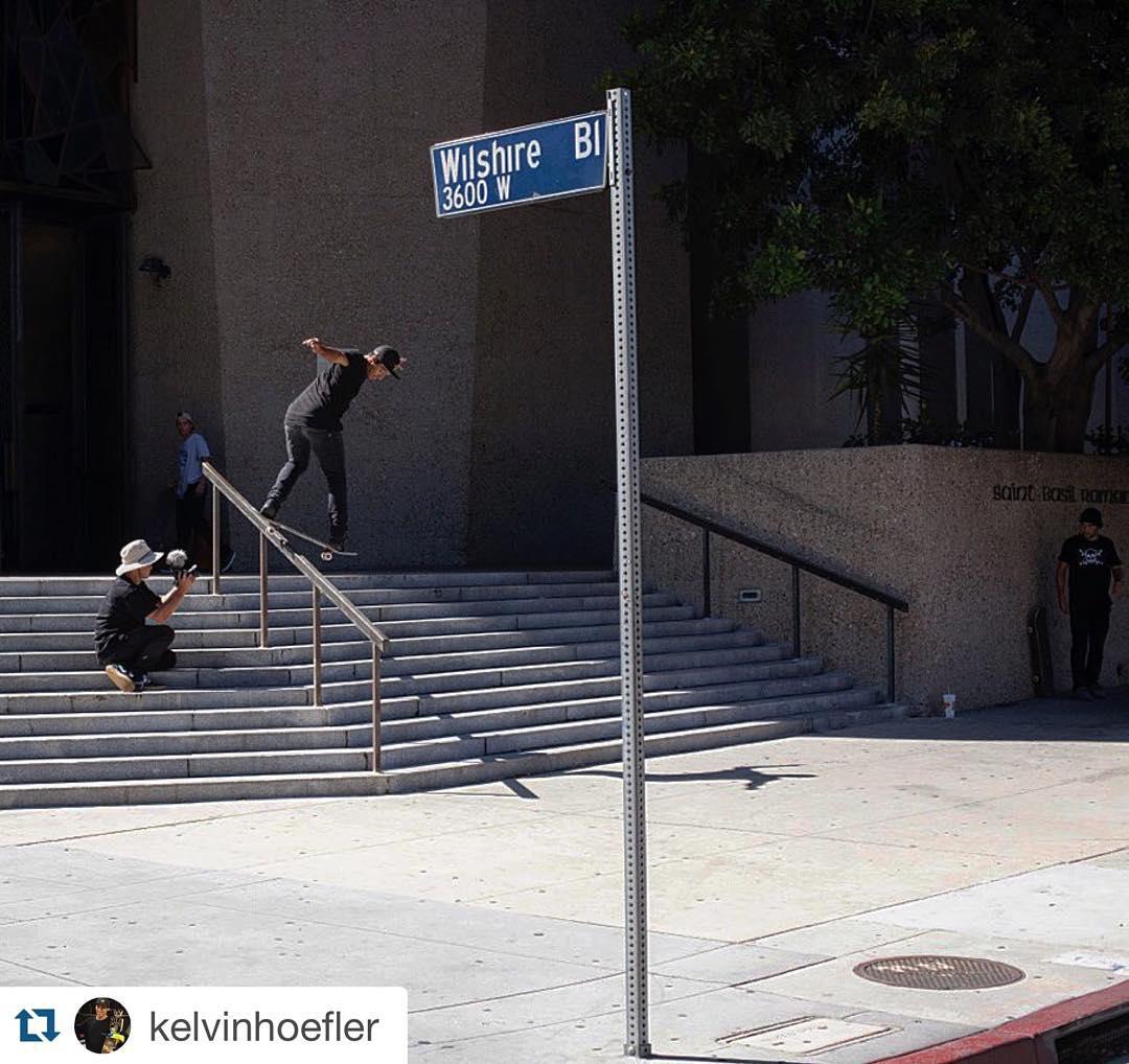 @kelvinhoefler dando um role nos picos de rua no centro de Los Angeles - EUA. Foto: @anapaulanegrao #qixteam #skateboardminhavida