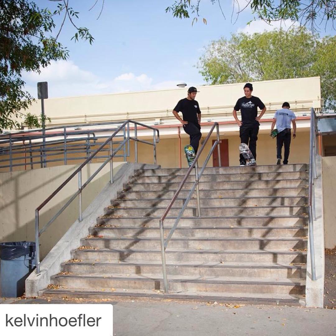 @kelvinhoefler encontrou esse corrimão nos EUA. E agora, qual manobra mandar? #qixteam #skateboardminhavida