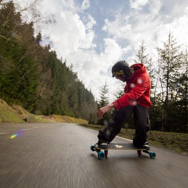 Jon Ehm shredding the wet roads in #France #Freebord #snowboarding #longboarding