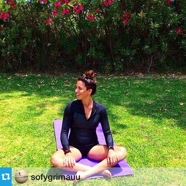 "@sofygrimauu estirando antes de volver al agua ""Between sessions... Ooohhhmm"