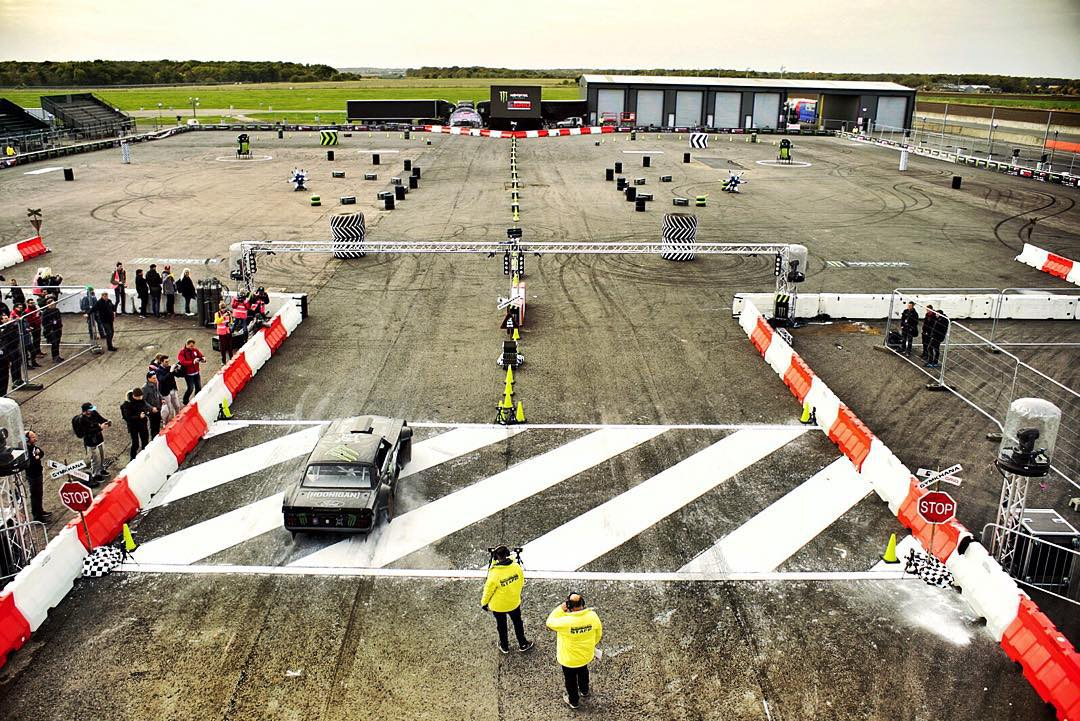 Overview of the @GymkhanaGRID Final course here at Santa Pod in the UK. And a caught-in-the-wild Hoonicorn - right before I took it out on its first run. Lots of fun elements here - like 540 barrel donuts, proximity slides, donut boxes, and fire. Lots...