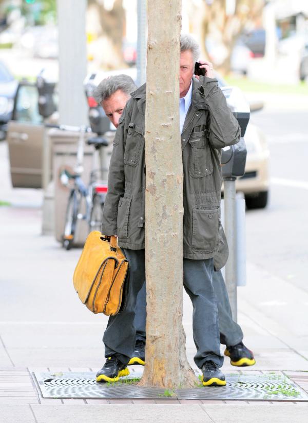 Dustin Hoffman Plays Peekaboo With Shutterbugs