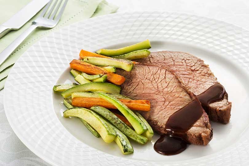 assado-de-peito-bovino-com-barbecue-e-legumes