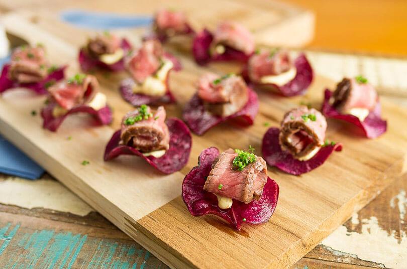 aperitivo-de-alcatra-com-chips-de-batata-doce-e-maionese-de-curcuma-academia-da-carne-friboi