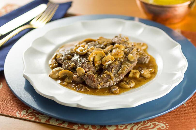 bife-borboleta-de-paleta-bovina-com-molho-madeira-e-champignons