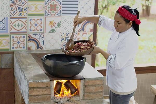 Chef-Kalymaracaya-prepara-caribeu-pantaneiro