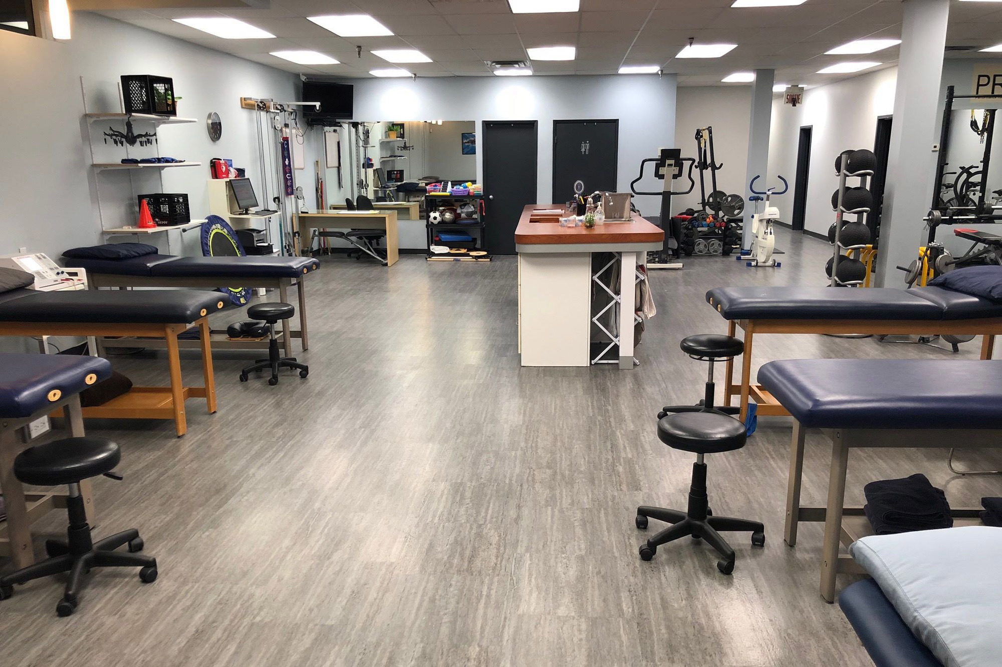 Picture of the Montreal West Action Sports Physiotherapy Clinic. You can book online or call us at 514 485-9292. We offer physiotherapy, kinesiology, osteopathy and many more professional services.