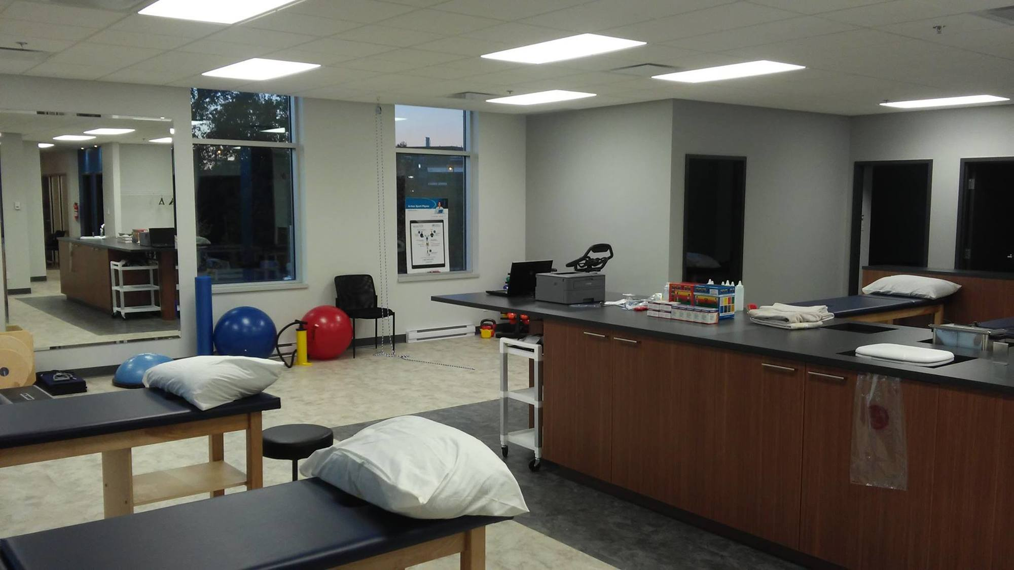 Picture of the Maisonneuve Rosemont Action Sports Physiotherapy Clinic. You can book online or call us at 514-375-6030. We offer physiotherapy, kinesiology, osteopathy and many more professional services.