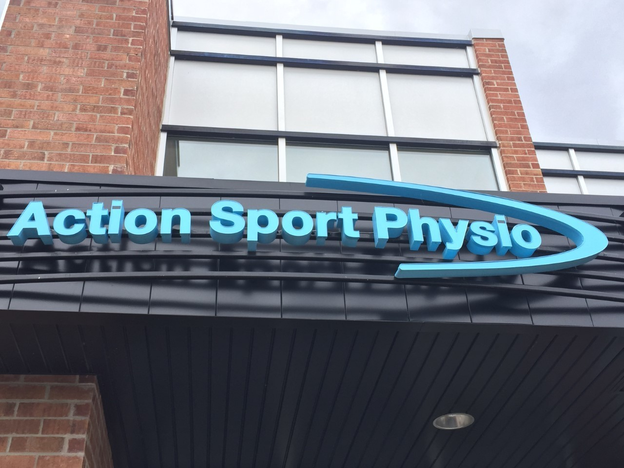 Picture of the Rosemère Action Sports Physiotherapy Clinic. You can book online or call us at 450-987-1197. We offer physiotherapy, kinesiology, osteopathy and many more professional services.