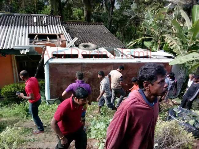 பேருந்து ஒன்று வீட்டின் மீது குடைசாய்ந்ததில் 37 பேர்  வைத்தியசாலையில்
