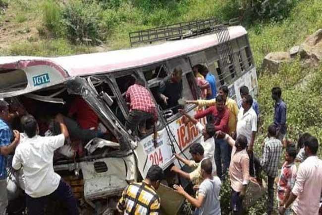 பேருந்து கவிழ்ந்து கோர விபத்து - 7 குழந்தைகள் உட்பட 57 பேர் பலி