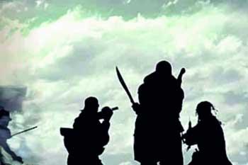 வங்கி முகாமையாளர்  வீட்டின் மீது ஆவா குழுவினர் தாக்குதல்