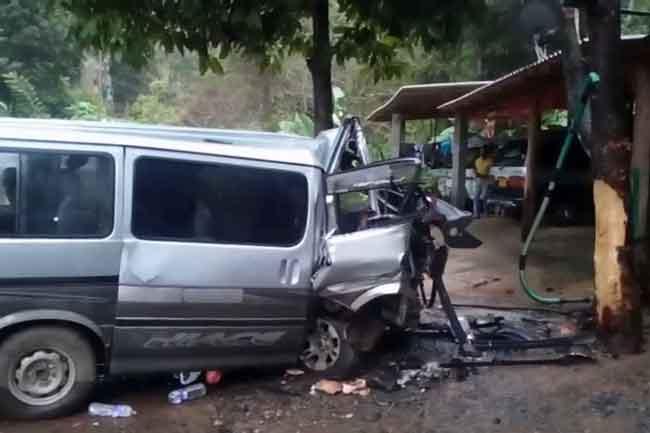 கல்முனைக்கு சென்ற வேன் விபத்து - 9 பேர் படுங்காயம்