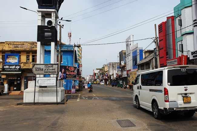 அம்பலாந்தோட்டை நகரின் அனைத்து விற்பனை நிலையங்களுக்கும் பூட்டு