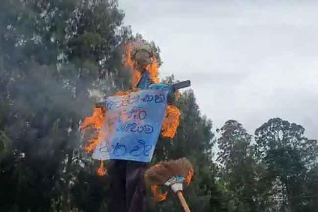 மஹிந்தானந்தவின் கொடும்பாவியை எரித்து விவசாயிகள் ஆர்பாட்டத்தில்