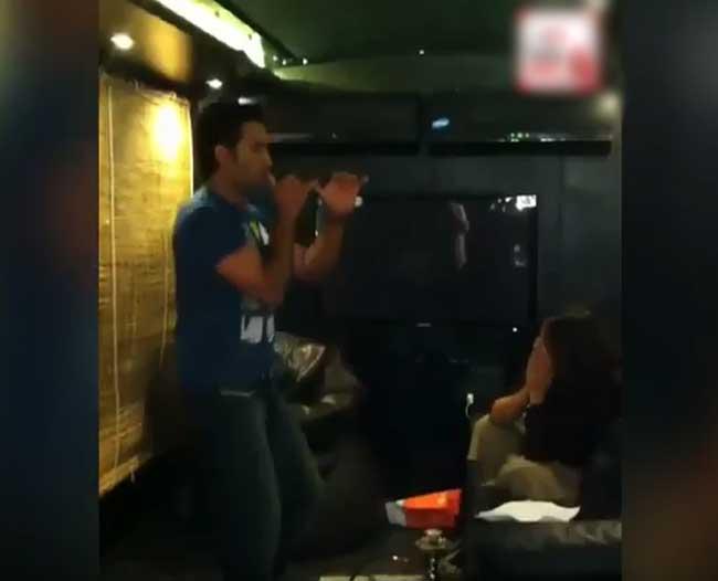 டோனியின் மகுடி நடனம் - ரசிக்கும் சாக்ஷி! (வைரலாகும் வீடியோ)